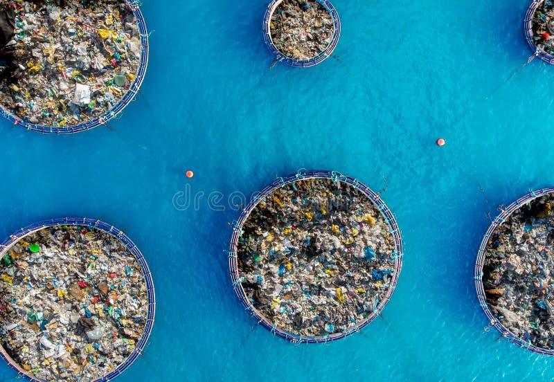 Rengörande havvatten för begrepp från skräp och plast- Ta bort föroreningar genom att använda skeppet och raster royaltyfri fotografi