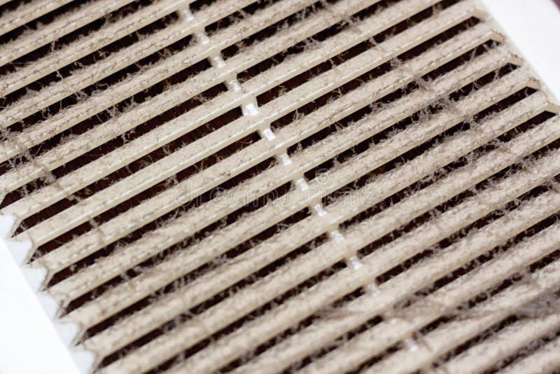 Rengörande plast- ramdamm för ventilation filtret stoppas till fullständigt med damm och smuts Smutsigt ventilationssystem i rumm fotografering för bildbyråer