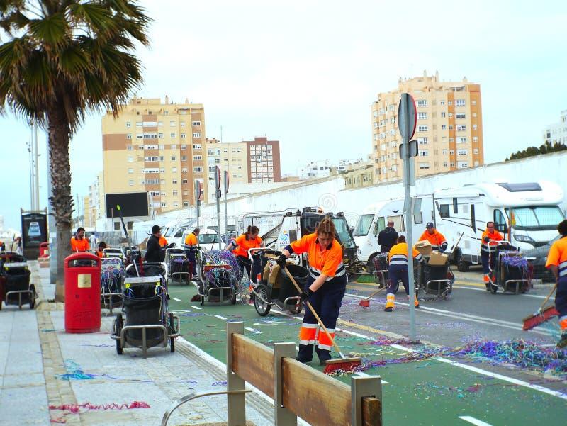 Rengörande service av stadshuset efter karnevalet av huvudstad cadiz, andalusia Spanien på mars 3, 2019 arkivfoton