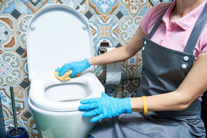 rengörande service ren toalettvask för kvinna arkivbilder