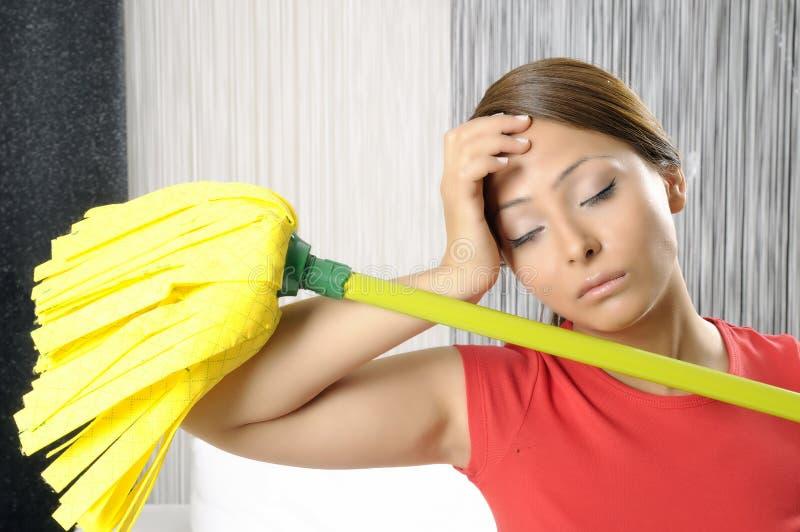 rengörande trött kvinna för roligt hus arkivfoton