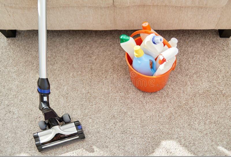 Rengörande uppsättning i orange hink och dammsugare på golv i vardagsrum, kopieringsutrymme Reng?rande tj?nste- begrepp fotografering för bildbyråer