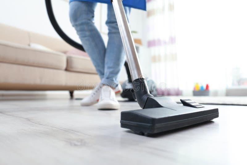 Rengörande yrkesmässigt dammsuga golv för service med dammsugaren royaltyfria foton