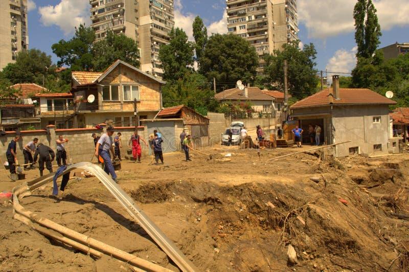 Rengöring, når att ha översvämmat den Varna Bulgarien Juni 19 royaltyfri foto