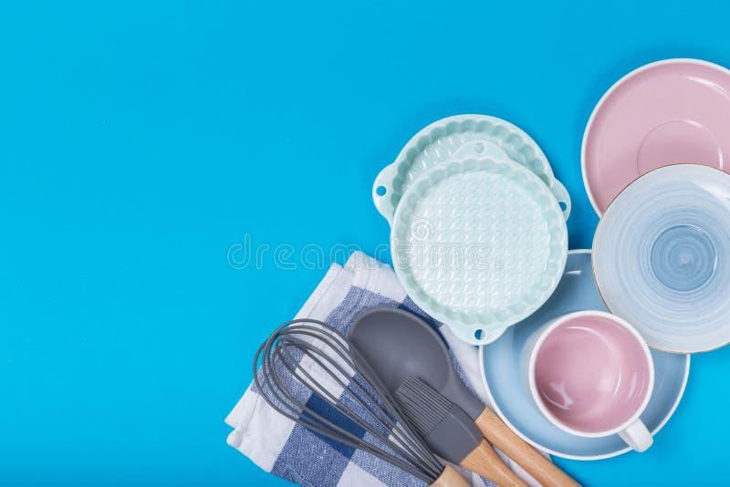 Rengöringdisk, kaffe eller teservis Överflöd av eleganta porslinkoppar och tefat på blå bakgrund royaltyfri bild