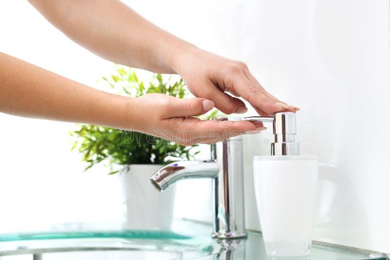 Rengöringhänder, tvättar dina händer i badrummet royaltyfria bilder
