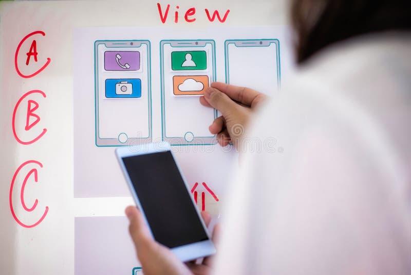 Rengöringsdukformgivarekvinnan som gör provet, skissar teckningsapplikationen för mobiltelefon i regeringsställning Begrepp för a arkivbilder