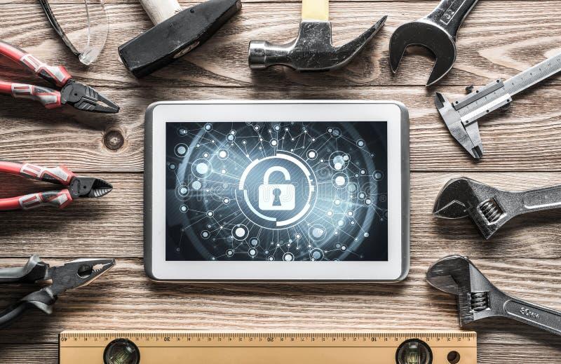 Rengöringsduksäkerhet och teknologibegrepp med minnestavlaPC på träflik royaltyfria foton