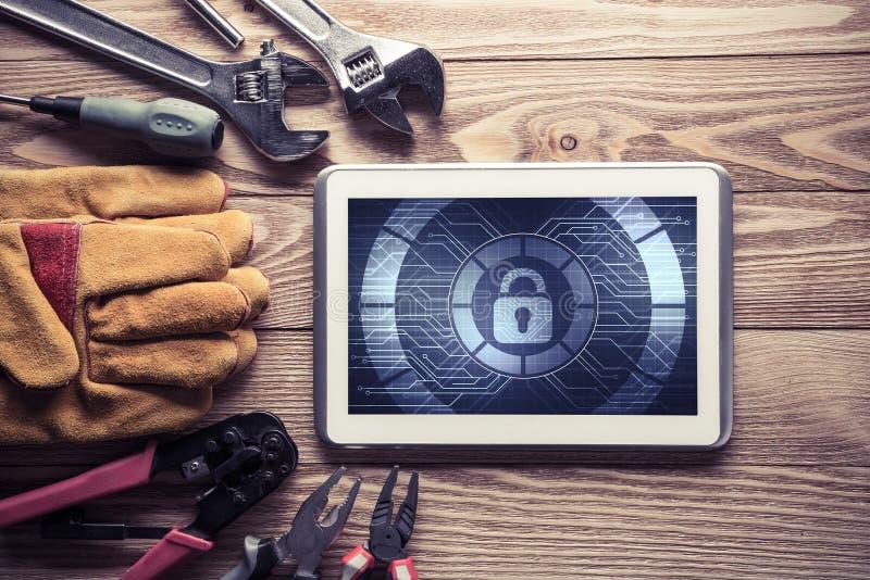 Rengöringsduksäkerhet och teknologibegrepp med minnestavlaPC på träflik royaltyfria bilder
