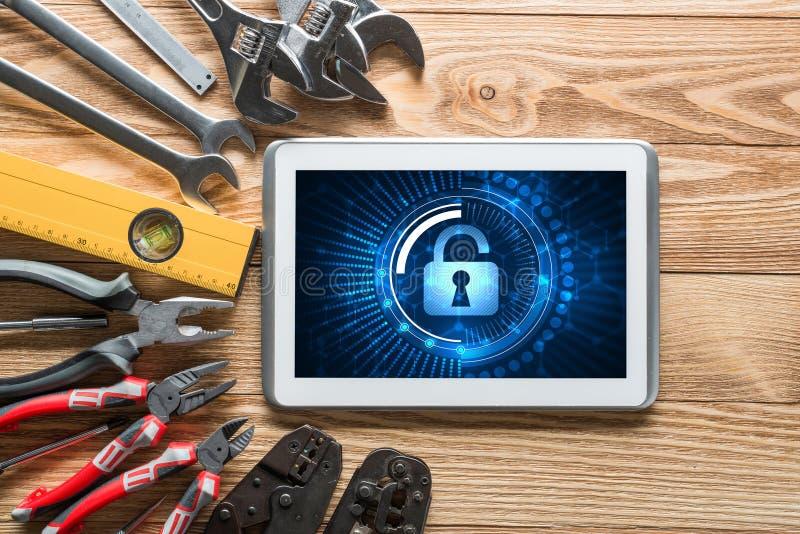 Rengöringsduksäkerhet och teknologibegrepp med minnestavlaPC på trätabellen royaltyfria bilder