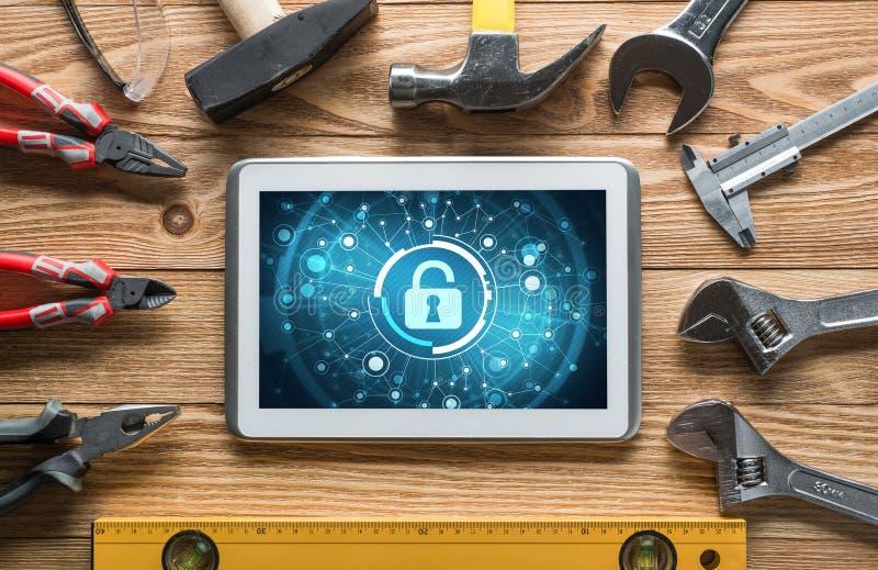 Rengöringsduksäkerhet och teknologibegrepp med minnestavlaPC på trätabellen arkivfoton