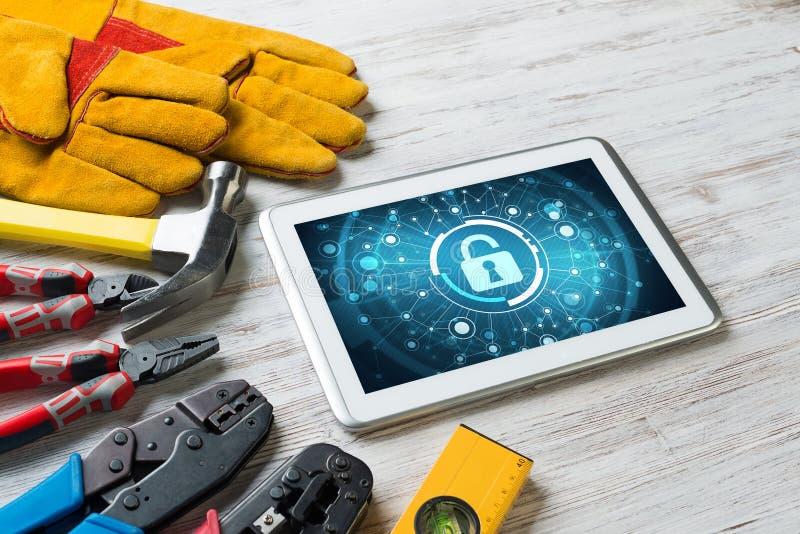 Rengöringsduksäkerhet och teknologibegrepp med minnestavlaPC på trätabellen royaltyfri bild