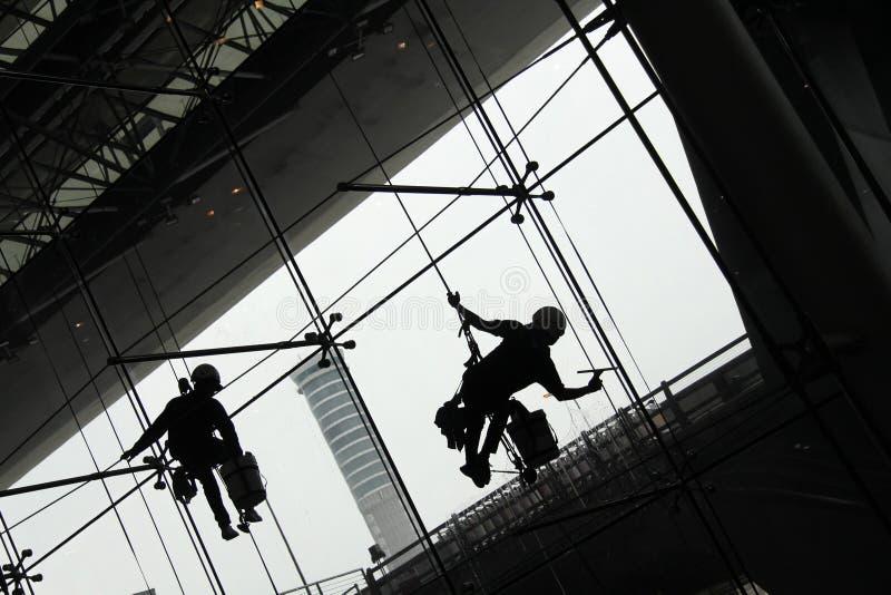 rengöringsmedelsilhouettefönster royaltyfri foto