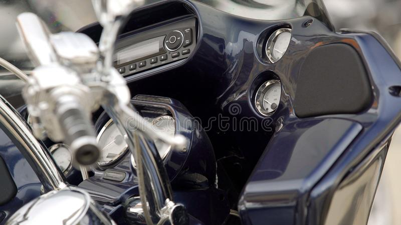 Rengjorda upp motorcykelhandtag och mörker - blå instrumentbräda, mopedstyrning royaltyfri fotografi