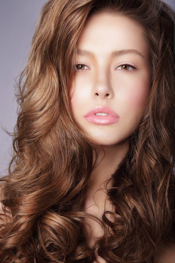 renhet haircare Kvinna med burrigt brunt sunt hår arkivbilder