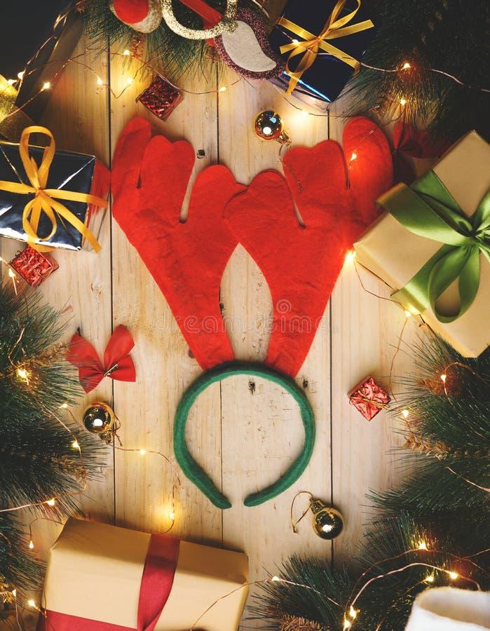 Renhornhuvudbindel som omges av julgåvaprydnaden royaltyfri fotografi