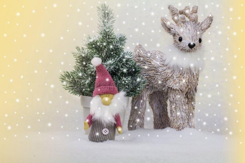 Renifer i elfy przed choinką zdjęcie royalty free