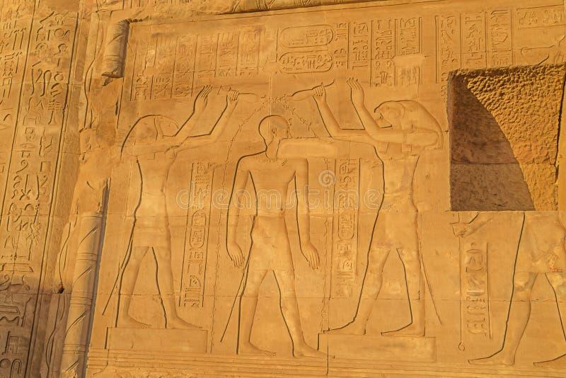 Rening av Ptolemeus XII vid Toth och Horus royaltyfria foton