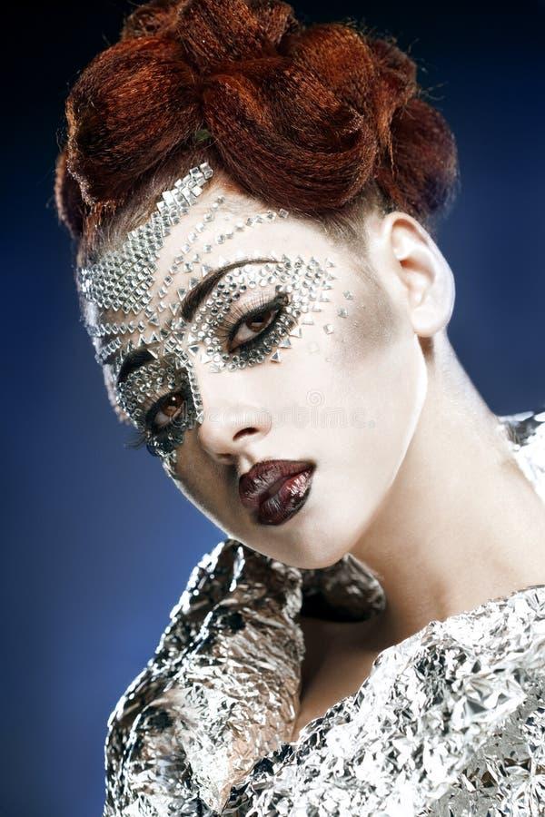 Renivellement de femme de beauté avec des cristaux sur le visage image stock