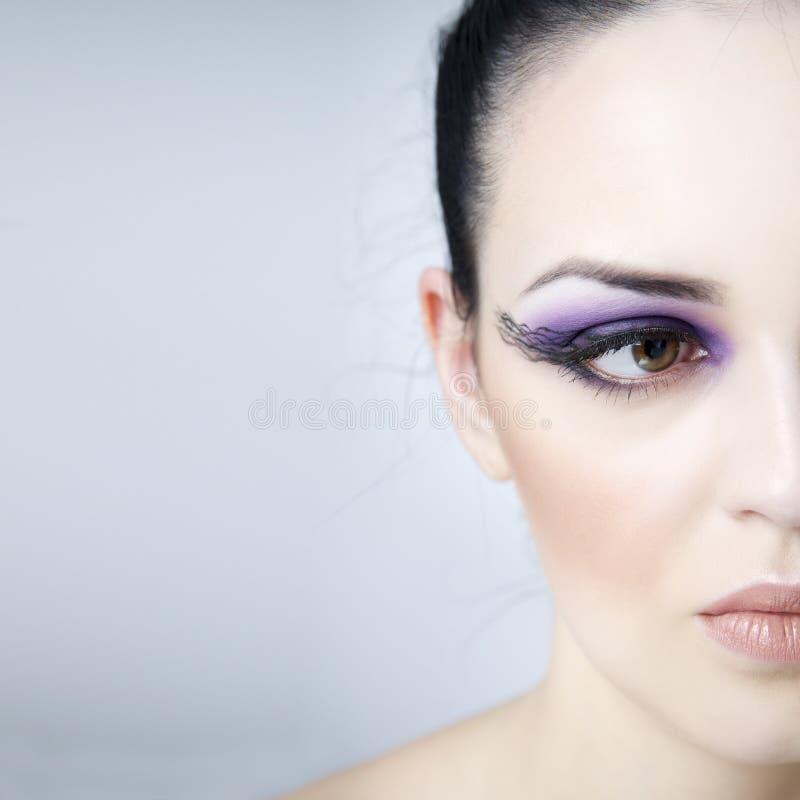 renivellement et coiffure professionnels Beau plan rapproché de jeune femme Demi visage avec l'espace de copie photographie stock
