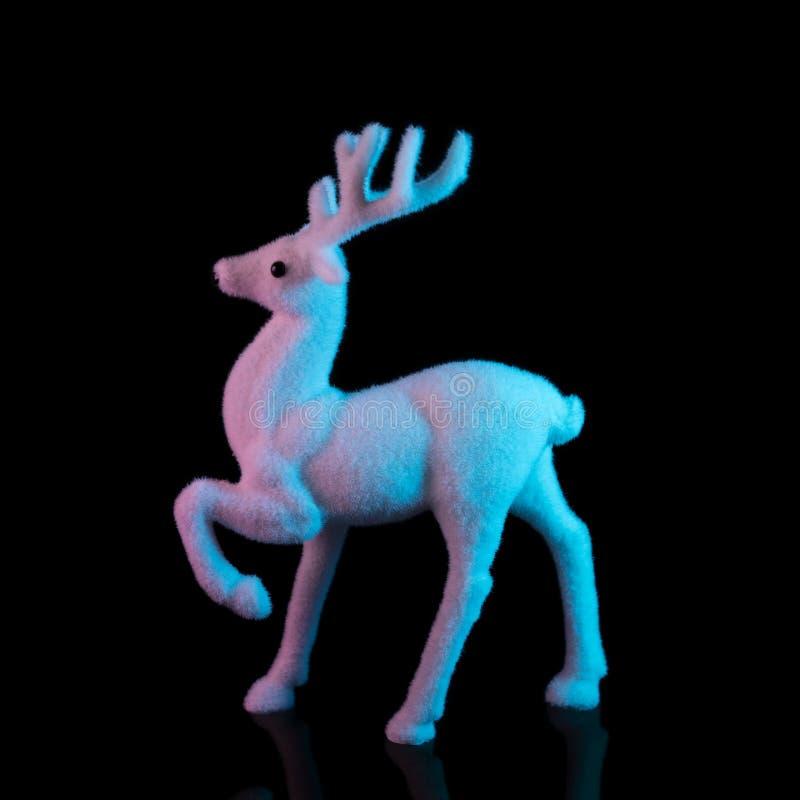 Renne blanc dans des couleurs olographes de gradient audacieux vibrant Concept minimal d'art de Noël et de nouvelle année photographie stock