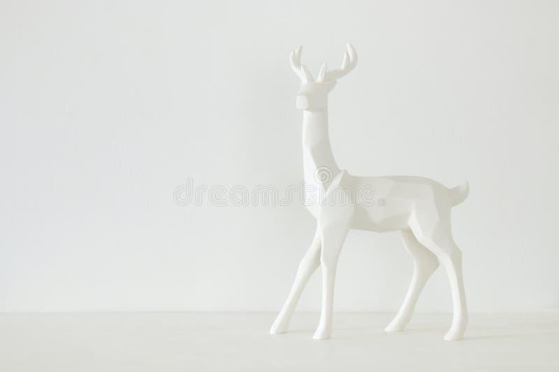 Renne blanc sur la table en bois au-dessus du fond blanc photographie stock