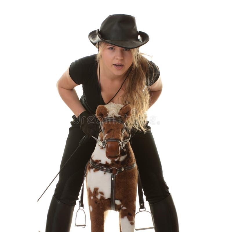 Rennen des Cowgirls (Jockey) auf hobbyhorse stockfotos