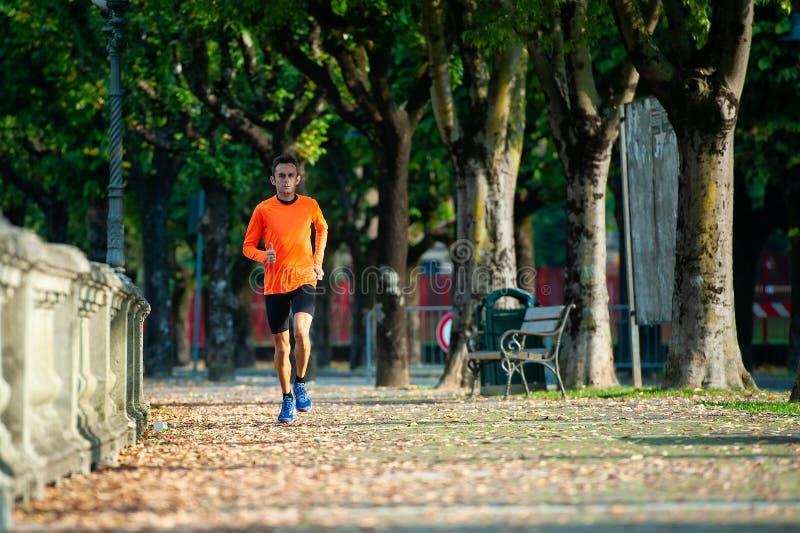 Rennen eines Athleten von mittlerem Alter im Training stockfotografie