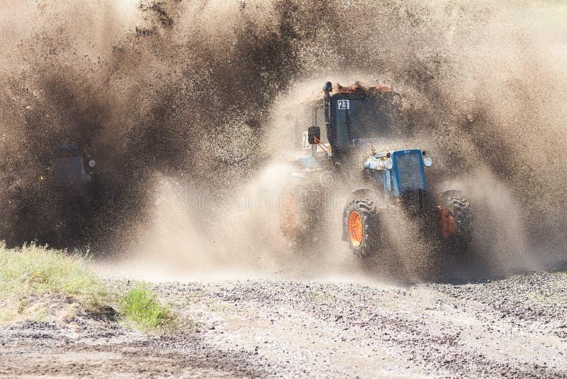 Rennen ohne Regeln Laufen auf Traktoren stockbilder