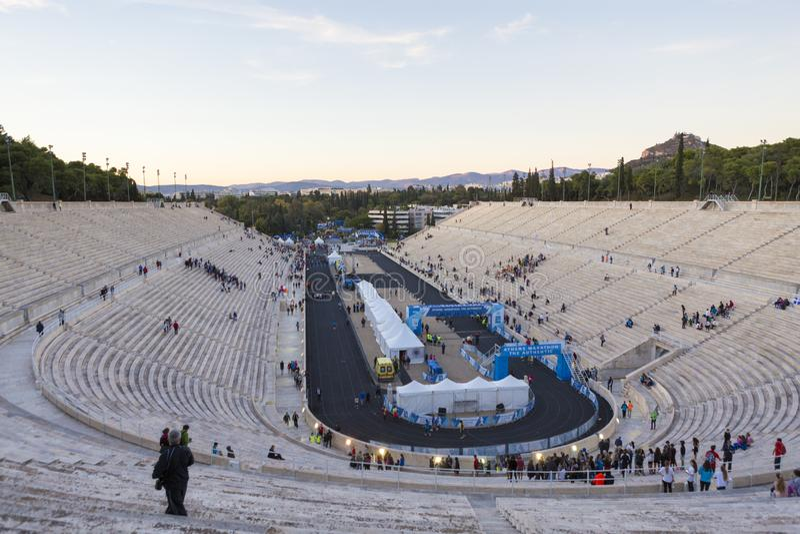 Rennen, welche authentisch die Ziellinie am Marathon Athens auf Panathenaic-Stadion führen lizenzfreie stockfotografie