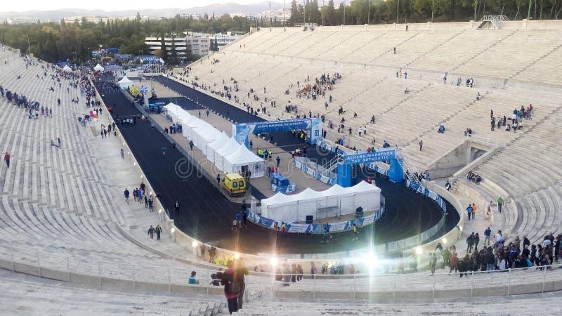 Rennen, welche authentisch die Ziellinie am Marathon Athens auf Panathenaic-Stadion f?hren lizenzfreie stockbilder