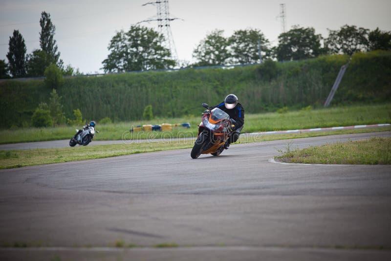 Rennen zwischen zwei Motorradathleten stockfoto