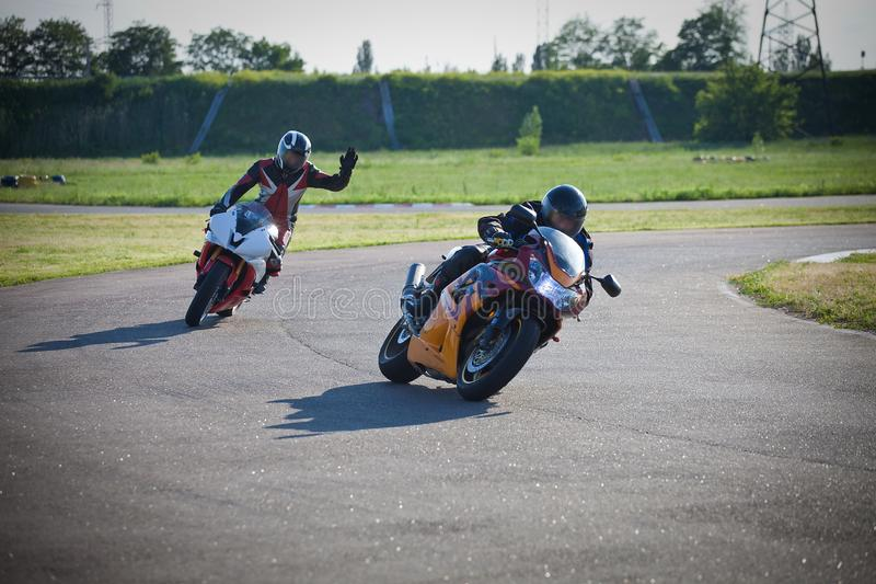 Rennen zwischen zwei Motorradathleten stockfotos