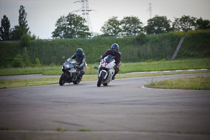 Rennen zwischen zwei Motorradathleten lizenzfreie stockfotografie