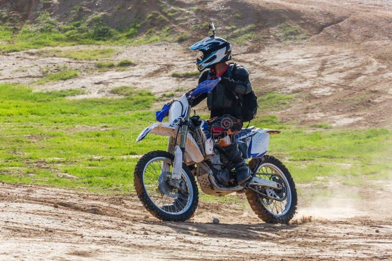 Rennläufer auf einem Motorrad in der Wüste stockbild