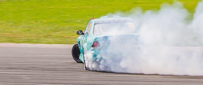 Renntreibendes Auto stockfoto