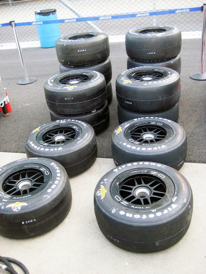 Rennwagen-Reifen auf Indy Pit Row stockfotografie