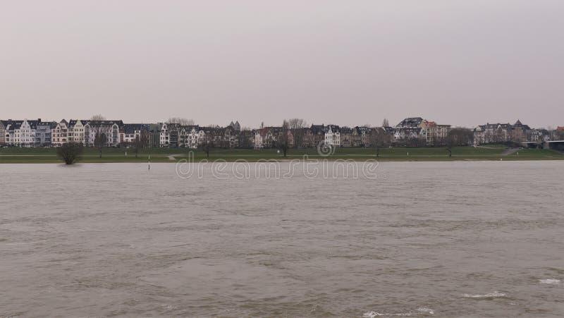 Reno com inundação, adeus Dusseldorf Alemanha do rio, vista da costa ocidental Oberkassel foto de stock royalty free