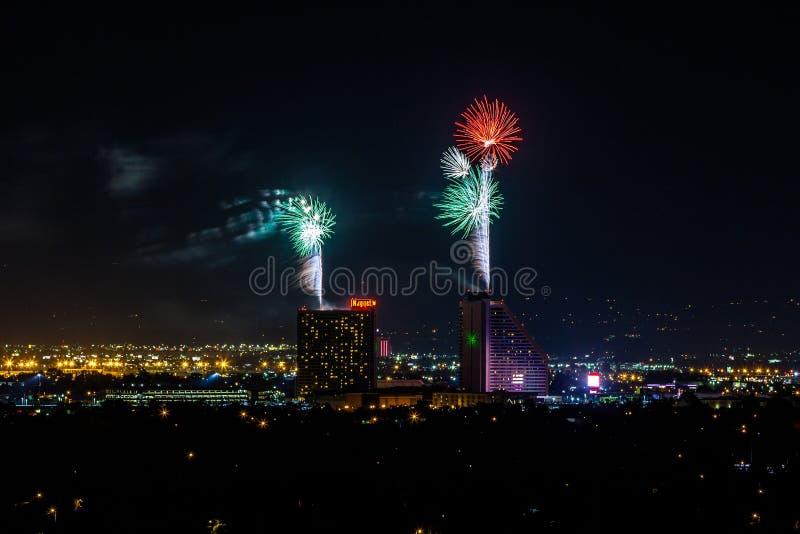 RENO - 4 DE JULIO: Los fuegos artificiales de la pepita muestran como parte del 4to de foto de archivo