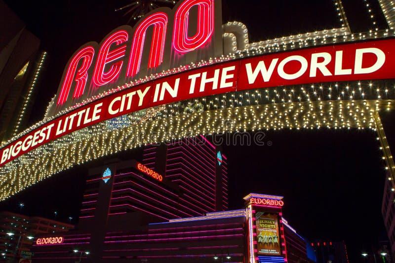Reno gjorde av bokstäver för nattljusneon på natten royaltyfri fotografi