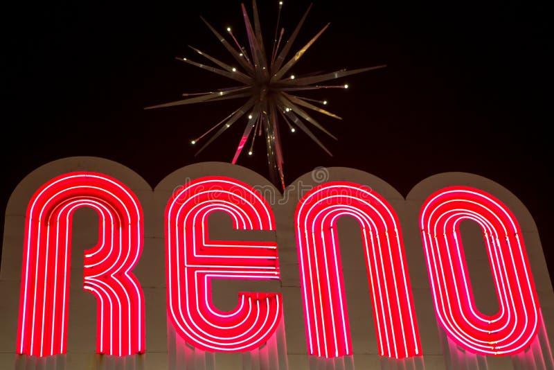 Reno ha fatto delle lettere dei neon della luce notturna alla notte fotografia stock