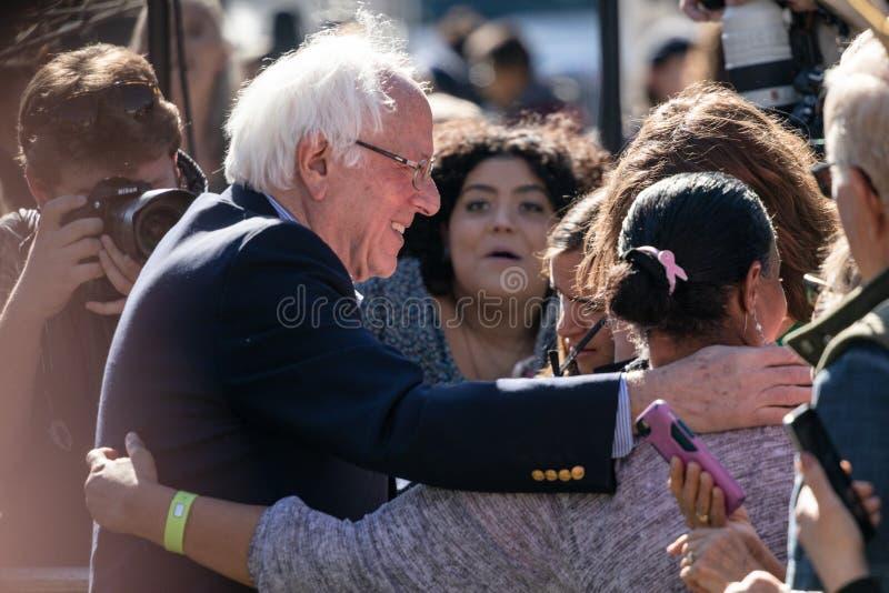 RENO, nanovolt - 25 de outubro de 2018 - Bernie Sanders que abraça os participantes i fotos de stock