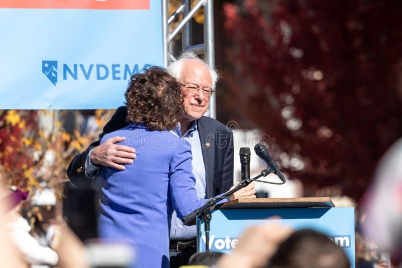 RENO, nanovolt - 25 octobre 2018 - Jacky Rosen étreignant Bernie Sanders photographie stock libre de droits