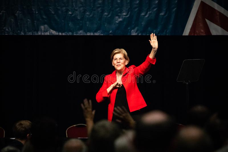 Reno NV - Juni 23, 2018 - Elizabeth Warren Waving och let arkivfoton