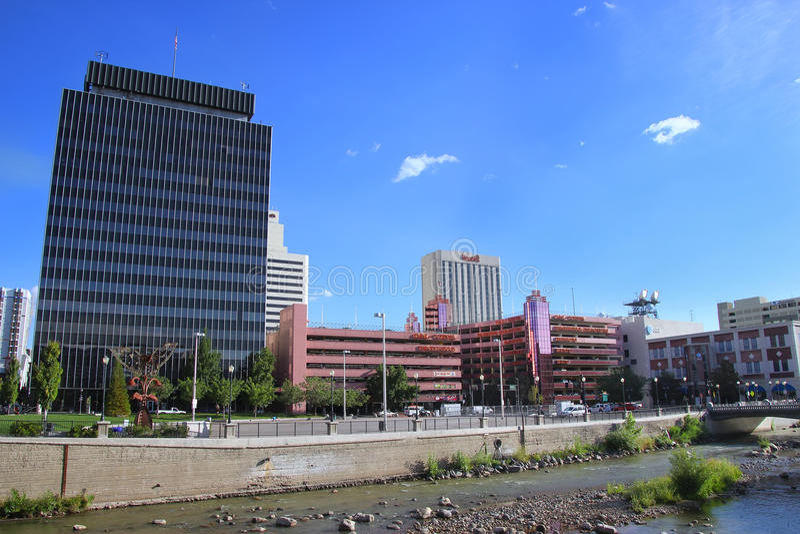 Reno-Skyline entlang dem Truckee, Nevada stockfotografie