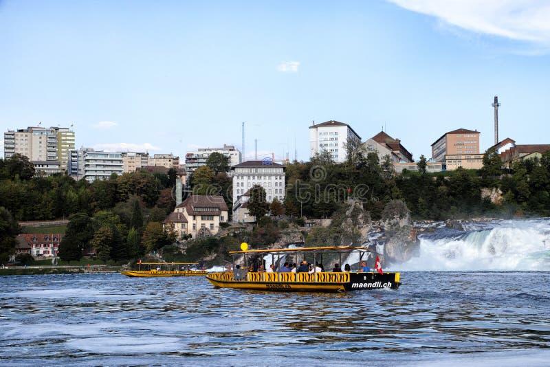 Reno, Suíça - 19 de setembro de 2018: Navio do turista no Rhine River que aproxima o Rhine Falls imagens de stock
