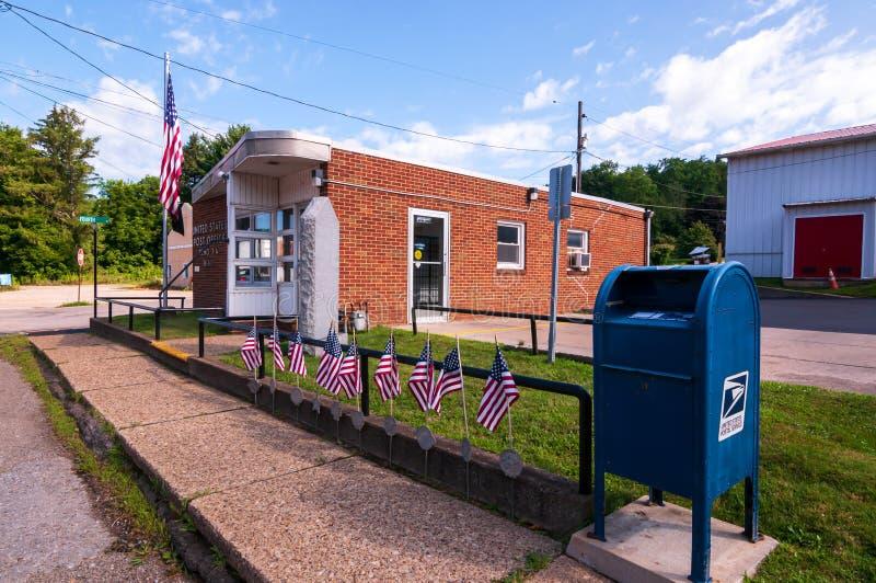 Reno, Venango County, Pennsylvania, USA 8/9/2019 The United States Post Office and Mailbox on state route 62 lizenzfreie stockfotografie