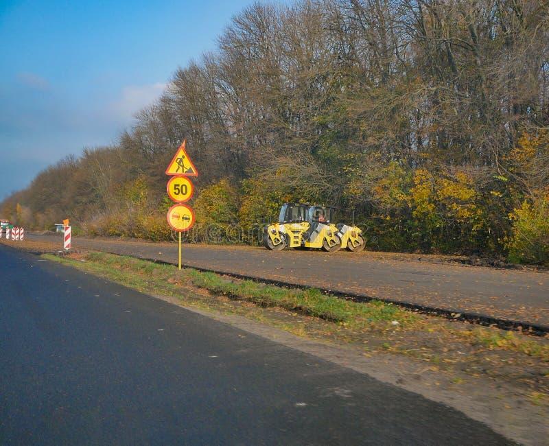 Renouvellement de route de machine de machine à paver d'asphalte à la route de campagne photographie stock libre de droits