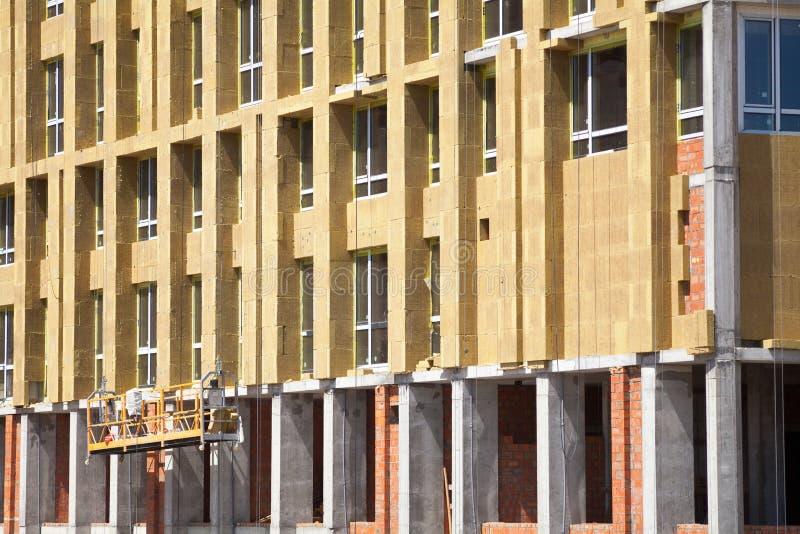 Renovação da parede da casa do uso eficaz da energia para a economia de energia Isolação térmica exterior da parede da casa com a imagem de stock