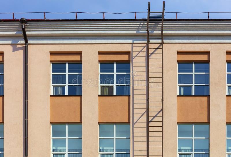 Renovação e renovação da fachada de uma construção residencial moderna com um escape e um acesso de fogo ao telhado imagem de stock